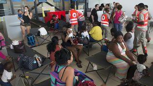 Des membres de la Croix-Rouge aident les personnes évacuées de l'île de Saint-Martin, le 9 septembre 2017. (HELENE VALENZUELA / AFP)
