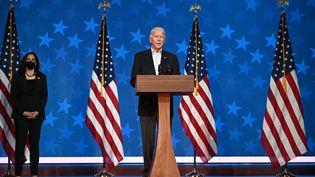 Joe Biden s'exprime face aux caméras, le 5 novembre 2020, à Wilmington (Delaware). (JIM WATSON / AFP)