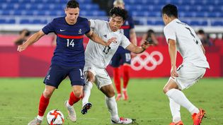 Florian Thauvin face au Japon lors du tournoi olympique de football, mercredi 28 juillet 2021. (MARIKO ISHIZUKA / AFP)