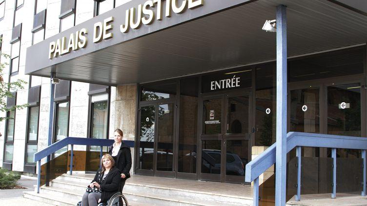 Jeanine Mujic devant le tribunal de Briey (Lorraine) jeudi 13 septembre 2012. (RENE BYCH / MAXPPP)