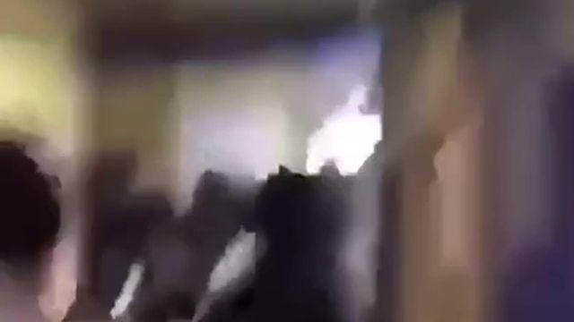 Un groupe de casseurs filmé dans l'un des couloirs du lycée