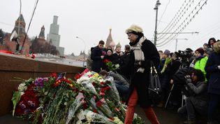 Des Moscovites déposant, samedi 28 février, des fleurs à l'endroit où l'opposant Boris Nemtsov a été tué la veille, à deux pas du Kremlin à Moscou (Russie). (SEFA KARACAN / ANADOLU AGENCY / AFP)