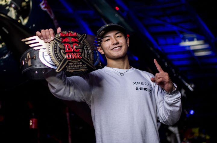 Le jeune B-Boy japonais Shigekix, 18 ans, a remporté la finale de breaking RedBull BC One à Salzbourg (Autriche), le 28 novembre 2020. (LITTLE SHAO / RED BULL CONTENT POOL / AFP)