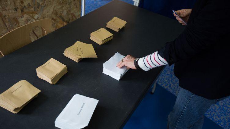 Des bulletins de vote dans un bureau de Bordeaux (Gironde), dimanche 7 mai 2017. (CONSTANT FORME-BECHERAT / HANS LUCAS)