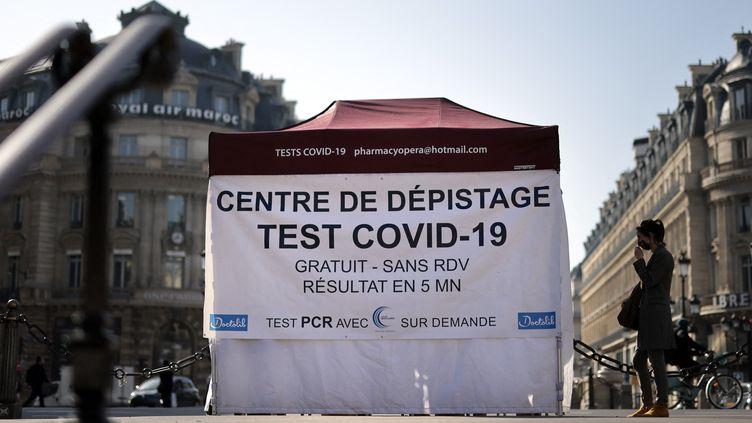 Une patiente attend à l'extérieur d'une tente avant de subir un test antigénique, place de l'Opéra à Paris, le 31 mars 2021. (THOMAS COEX / AFP)