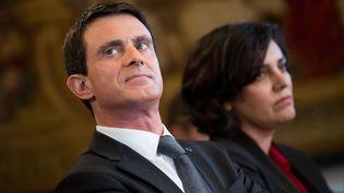 Le Premier ministre, Manuel Valls, et la ministre du Travail, Myriam El Khomri, le 3 février 2016 à Matignon. (MAXPPP)