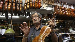Le luthier Amnon Weinstein et sa collection de violons restaurés  (MENAHEM KAHANA / AFP)