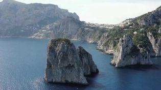 LesFaraglioni, ces rochers qui se dressent sur le rivage,sont le symbole de Capri, l'île au large de Naples (Italie). Ils menacent de s'effondrerà causedes explosions liées à la pêche sous-marine. (CAPTURE ECRAN FRANCE 2)