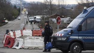Un gendarme monte la garde près d'un camp de gens du voyage, le 18 janvier 2016, à Moirans (Isère), après une vague d'interpellations. (PHILIPPE DESMAZES / AFP)