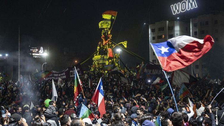 Des partisans de la réforme de la Constitution à Santiago, le 25 octobre 2020. (PEDRO UGARTE / AFP)