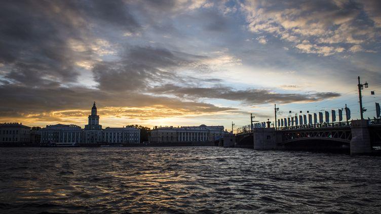 Le soleil se couche sur la Neva, à Saint-Petersbourg, en Russie, le 21 juin 2017. (MLADEN ANTONOV / AFP)