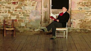 """Philippe Caubère lors de la lecture """"Les lettres de mon moulin"""" au Footsbarn Festival (France 3 AURA)"""
