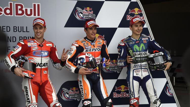 Marc Marquez sur le podium du Grand Prix des Etats-Unis au milieu de Dovizioso et de Rossi (GIGI SOLDANO / DPPI MEDIA)