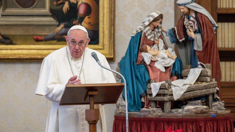 Le pape François célèbre l'Angélus, dans la bibliothèque du palais apostolique, au Vatican, le 10 janvier 2021. (HANDOUT / VATICAN MEDIA / AFP)