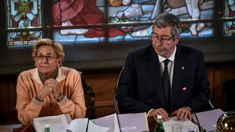 Isabelle Balkany etPatrick Balkany, le 15 avril 2019 à la mairie de Levallois-Perret (Hauts-de-Seine). (STEPHANE DE SAKUTIN / AFP)