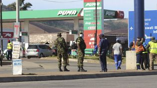 Des soldats et des policiers près du poste frontalier d'Oshoek entre l'eSwatini et l'Afrique du Sud, le 1er juillet 2021. (- / AFP)