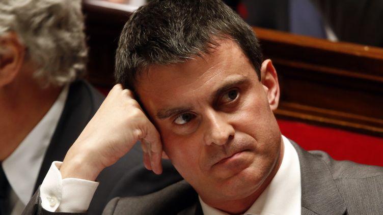 Le ministre de l'Intérieur Manuel Valls le 4 décembre 2013 sur le banc des ministres, à l'Assemblée nationale (Paris). (CHARLES PLATIAU / REUTERS)