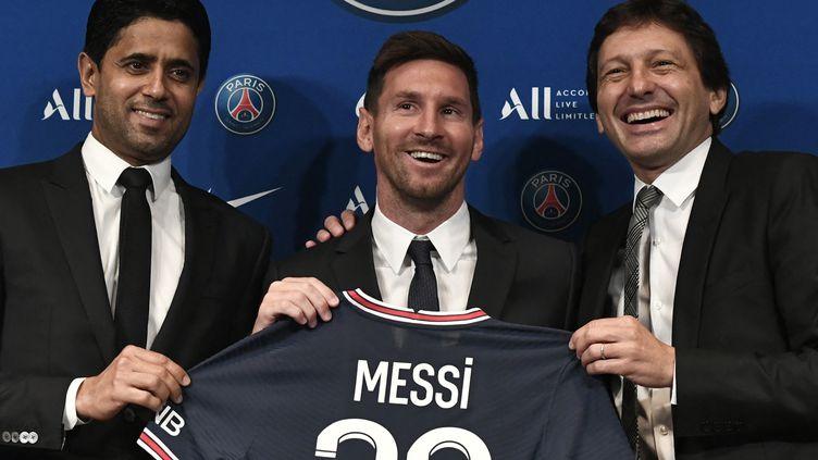 Le bonheur de Nasser Al-Khelaïfi, président du PSG, aux côtés de Lionel Messi et de Leonardo, le directeur sportif du club, le 11 août 2021. (STEPHANE DE SAKUTIN / AFP)