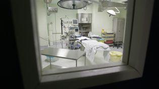 Ilustration d'un bloc opératoire. (PATRICK VALASSERIS / AFP)
