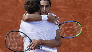 La joie des Français Pierre-Hugues Herbert et Nicolas Mahut lors de leur victoire à Roland-Garros. (FRANK MOLTER / DPA)