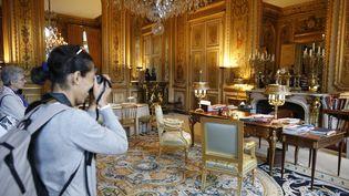 Une visite de l'Elysée, à Paris, lors des Journées du patrimoine, en 2014. (KENZO TRIBOUILLARD / AFP)