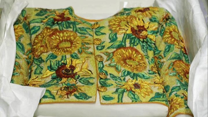 La veste tournesols d'Yves Saint Laurent directement inspirée de l'oeuvre de Van Gogh  (France 2 / Culturebox)