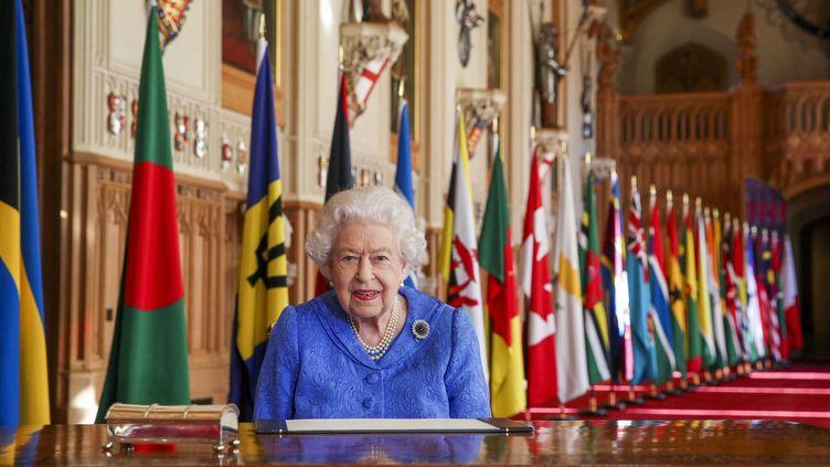 La reine Elizabeth II, le 5 mars 2021 au château de Windsor, à l'occasion de son discours pour la Journée du Commonwealth. (STEVE PARSONS / AFP)