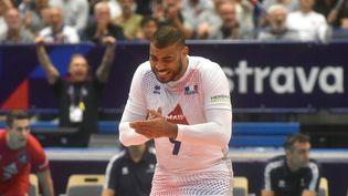 Toute la frustration d'Earvin Ngapeth, en difficulté tout au long de ce huitième de finale de l'Euro, lundi 13 septembre, face à la République tchèque. (MICHAL CIZEK / AFP)