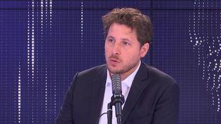 """Julien Bayou, secrétaire national d'EELV était l'invité du """"8h30 franceinfo"""", lundi 20 septembre 2021.  (FRANCEINFO / RADIO FRANCE)"""