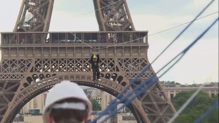 Pour la deuxième année consécutive, une tyrolienne géante a été installée au deuxième étage de la Tour Eiffel. Avant son ouverture au public, des tests de sécurité sont effectués pour s'assurer de bon fonctionnement de l'installation.  (FRANCEINFO)