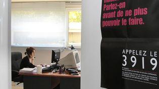 Une écoutante de la plateforme téléphonique du 3919, numéro d'appel unique destiné aux femmes victimes de violences conjugales. (JACQUES DEMARTHON / AFP)