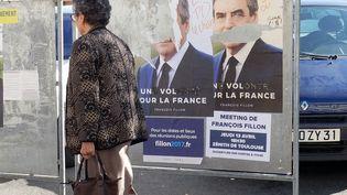 Des affiches électorales de François Fillon vandalisées lors de la campagne électorale pour la présidentielle de 2017, à Toulouse (Haute-Garonne) le 18 avril 2017 (PASCAL PAVANI / AFP)
