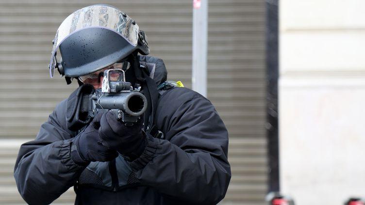 Un policier utilise un LBD le 8 décembre 2018. (ZAKARIA ABDELKAFI / AFP)