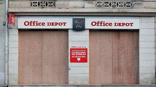 """Un magasin Office Depot fermé en amont d'une manifestation des """"gilets jaunes"""", le 8 décembre 2018, à Paris. (THOMAS SAMSON / AFP)"""