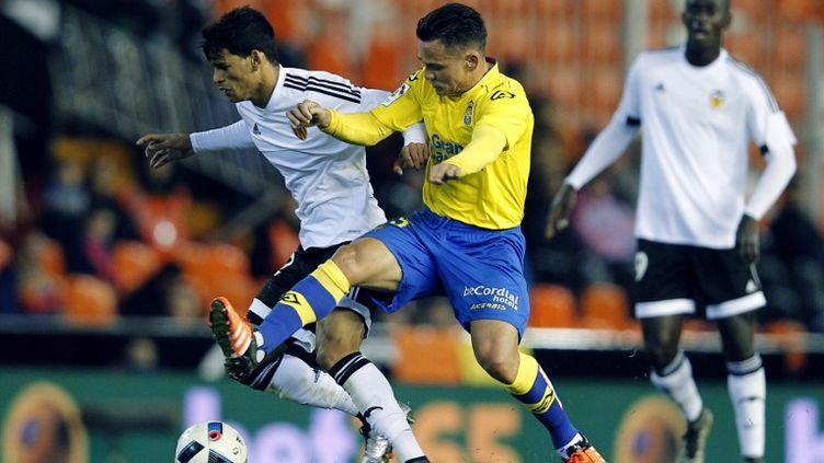 Danilo Barbosa au duel avec Roque Mesa (JOSE JORDAN / AFP)