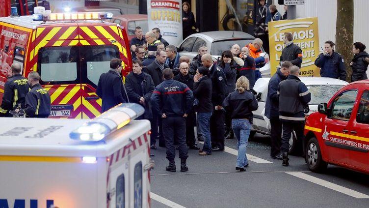 Le ministre de l'Intérieur, Bernard Cazeneuve, sur les lieux de la fusillade à Montrouge (Hauts-de-Seine), le 8 janvier 2015. (THOMAS SAMSON / AFP)