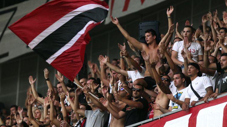 Des supporters niçois à l'Allianz Riviera (JEAN CHRISTOPHE MAGNENET / AFP)