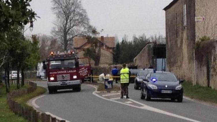Les enquêteurs au travail à Barsac (Gironde), où une fillette de9 ans a été tuée lundi 9 mars 2015. (FRANCE 3 AQUITAINE)