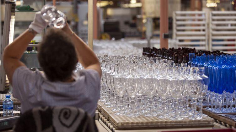 Une souffleuse de verre de l'usine Baccarat (Meurthe-et-Moselle), en 2012. Photo d'illustration. (JEAN-CHRISTOPHE VERHAEGEN / AFP)
