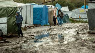 """La """"nouvelle jungle"""" de Calais, où vivent des milliers de migrants qui veulent partir en Grande-Bretagne, le 21 octobre 2015. (PHILIPPE HUGUEN / AFP)"""