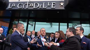 Le ministre des Affaires étrangères turc, Mevlut Cavusoglu, parle à la presse avant un meeting à Metz (Moselle), le 12 mars 2017. (MUSTAFA YALCIN / ANADOLU AGENCY / AFP)