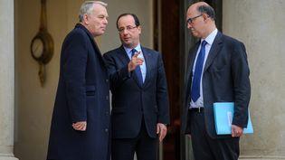 Le Premier ministre, Jean-Marc Ayrault, le président de la République, François Hollande, et le ministre de l'Economie, Pierre Moscovici, sur le perron de l'Elysée, le 4 janvier 2013. (MAXPPP)