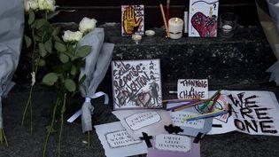 Des hommages aux victimes des attentats du 13 novembre, près de l'entrée du restaurant Le Carillon, à Paris, le samedi 14 novembre 2015. (DOMINIQUE FAGET / AFP)