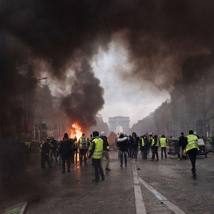 """Manifestation des """"gilets jaunes"""" sur les Champs-Elysées, à Paris, le 24 novembre 2018. (MAXPPP)"""