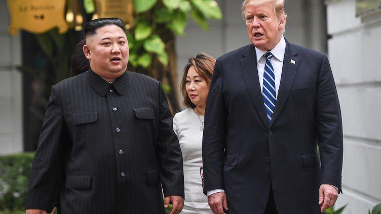Le leader nord-coréen Kim Jong-un et le président américain Donald Trump se rencontrent lors d'un sommet à Hanoï (Vietnam), le 28 février 2019. (SAUL LOEB / AFP)