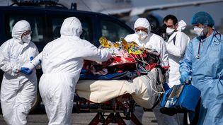 Un patient atteint du Covid-19 arrivepar avion à Toulouse, depuis Nice, pour éviter la saturation des services de réanimation, le 16 mars 2021. (ADRIEN NOWAK / HANS LUCAS / AFP)