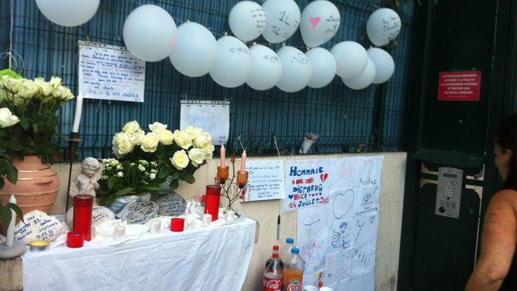 Des Niçois du quartier de la Madeleine ont improvisé un mémorial au pied de leur immeuble, en hommage aux victimes de l'attentat du 14 juillet 2016. (RADIO FRANCE / GRÉGOIRE LECALOT)