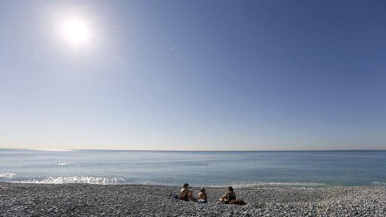 Bain de soleil sur une plage de Nice (Alpes-maritimes), le 7 mars 2014. (VALERY HACHE / AFP)