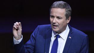 Nicolas Dupont-Aignan, le 22 mars 2017, à la Maison de la Radio, à Paris, devant les élus de l'Association des maires de France (BERTRAND GUAY / AFP)