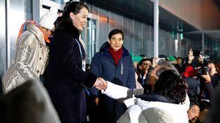 Kim Yo-jong, la soeur de Kim Jong-un, serre la main du présidentsud-coréen Moon Jae-in lors de la cérémonie d'ouverture des Jeux olympiques d'hiver 2018 de Pyeongchang au stade de Pyeongchang le 9 février 2018. (PATRICK SEMANSKY / POOL / AFP)